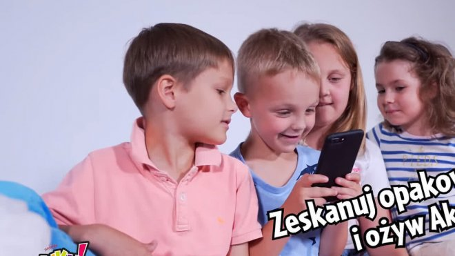 AKUKU kids playing augmented reality AR